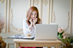 mujer-con-el-ordenador-portátil-que-mira-película-triste-73436391.jpg